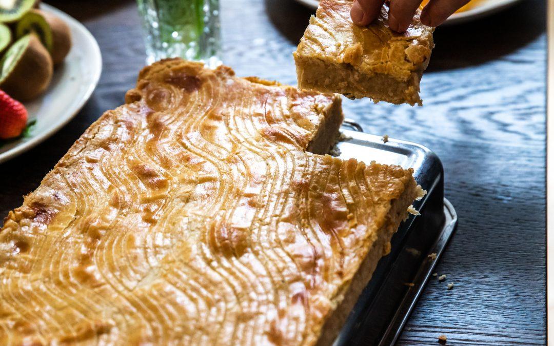 gedeckter Birnen-Grießkuchen